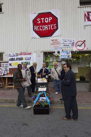 public health: BELLVITGE, ESPA�A - 10 de noviembre: Manifestaci�n por los recortes en Salud P�blica en 10 de noviembre 2011 en Bellvitge, Espa�a Editorial