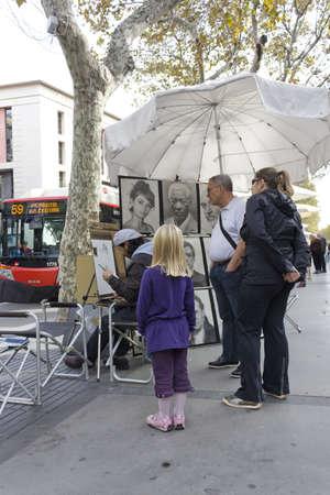 trabajo: BARCELONA - NOVEMBER 07: Painters in the street of the Las Ramblas Barcelona on nov 7TH 2011 in Barcelona, Spain