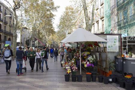 BARCELONE - 07 novembre: Les touristes et les kiosques de fleurs typiques dans les Ramblas de Barcelone sur le 7 Novembre 2011 � Barcelone, Espagne Banque d'images - 11200913