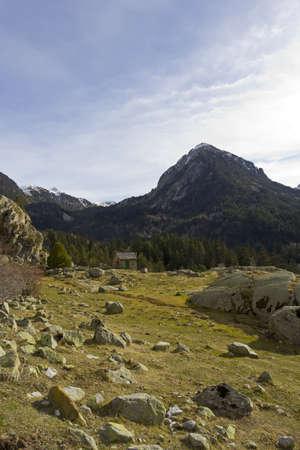 꼭대기가 눈으로 덮인: Snow-capped mountain in the Aigüestortes National Park in the Spanish Pyrenees