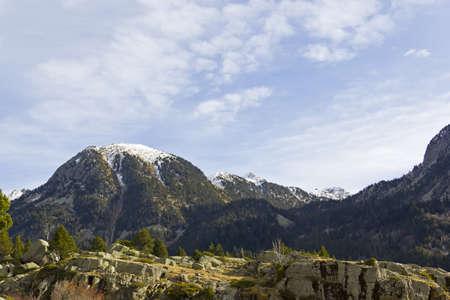 꼭대기가 눈으로 덮인: 스페인 피레네 산맥 Aigestortes 국립 공원의 눈 덮인 산