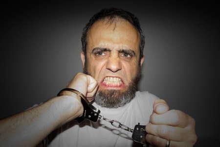 delincuencia: Un delincuente muy agresivo arrestado y esposado