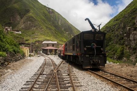 Tren de Ecuador en la remodelada estación de Sibambe reconocida en la Nariz del Diablo en Ecuador