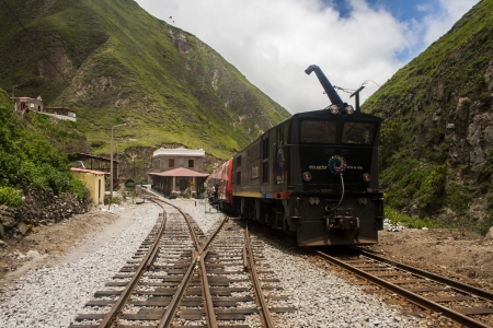 Tren de Ecuador en la remodelada estaci�n de Sibambe reconocida en la Nariz del Diablo en Ecuador