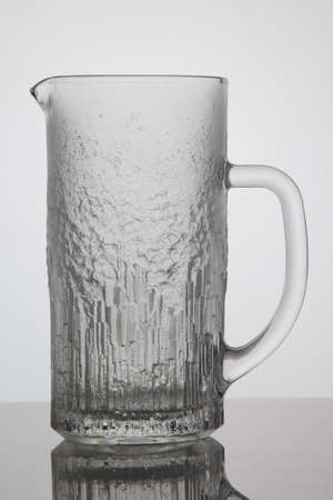 jarra de cerveza: Frasco vac�o de cerveza en el fondo blanco