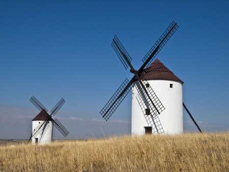 don quixote: Molinos de viento t�picos de la zona de La Mancha, en Espa�a, que se han convertido en famoso gracias al libro de Don Quijote de la Mancha de Miguel de Cervantes Foto de archivo