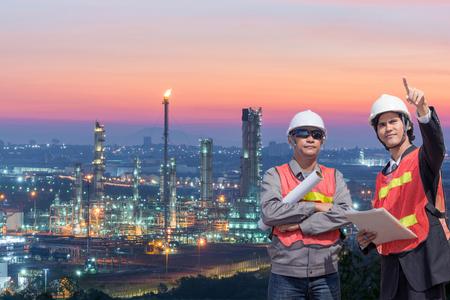 Los empresarios de ingeniería de pie hermosa sonrisa frente a la industria de la refinería de petróleo