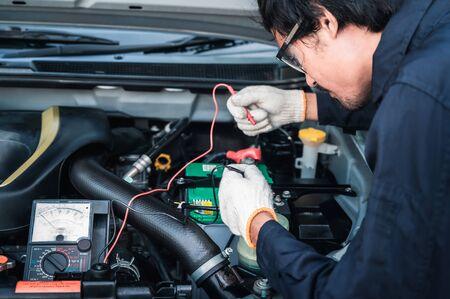 Professioneller Automechaniker, der im Autoreparaturservice arbeitet.