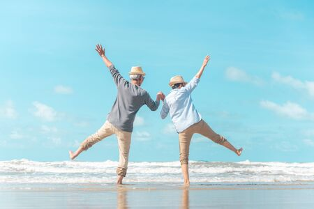 Charmantes älteres Ehepaar ging an den Strand, um die Meeresbrise zu genießen?