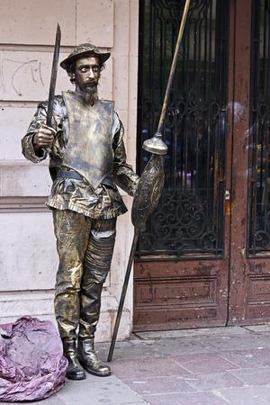 don quijote: Hombre que presenta como estatua, monumento de Don Quijote, Editorial