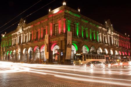 edificación: tiro de la noche de las luces de tr�fico mexicanas edificaci�n