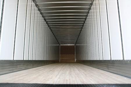 큰 트레일러 컨테이너가 비어있을 준비가되었습니다.