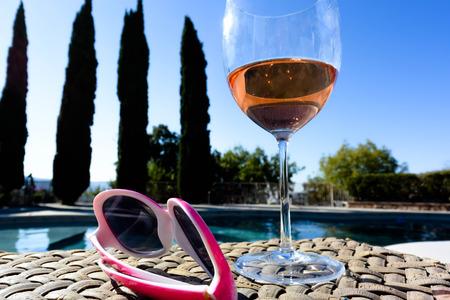 在一个明亮的夏天的泳池旁的酒