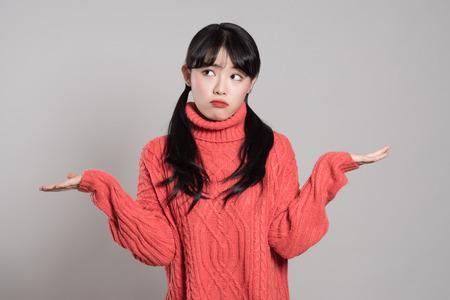 不条理な状況で両手で 20 歳の女性アジア女性のスタジオ ポートレート