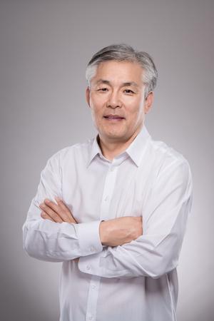 중간 세 아시아 비즈니스 남자 스튜디오 초상화 사진 - 절연