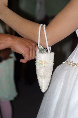 Pouse avec un sac plein d'argent au cours de danse de cérémonie argent.  Banque d'images - 404964