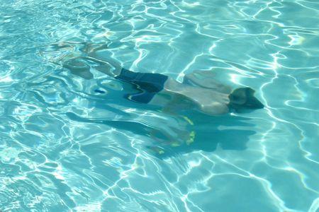 Boy natation sous l'eau dans un cristal clair piscine.  Banque d'images - 437974
