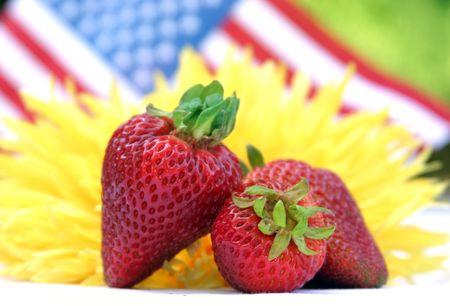 Fraises fraîches un tournesol et un drapeau américain.  Banque d'images - 1080618