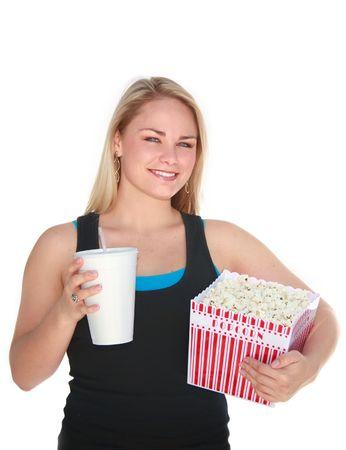 Cute blonde jeune femme tenant grande boîte de pop-corn et des boissons. Banque d'images - 3577790