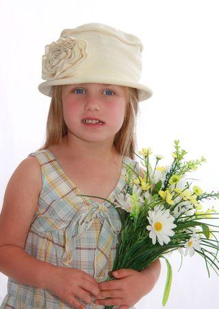 Petit fille d'âge préscolaire avec chapeau vintage, robe d'été et de fleurs. Banque d'images - 3593983