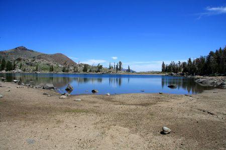 Image du bas niveau d'eau dans un petit lac de montagne, contre un ciel bleu. Banque d'images - 3596053