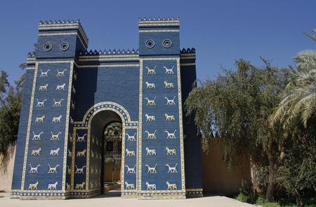 Replica van de Ishtar-poort bij de ingang van het oude Babylon, Irak. Stockfoto