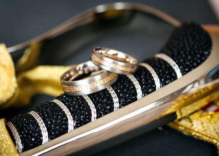 diamante negro: Backgroung of wedding rings Foto de archivo