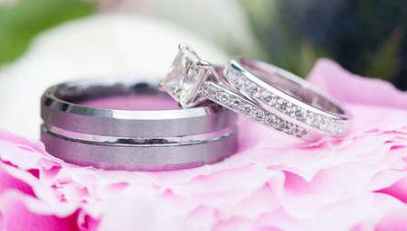 핑크 꽃 위에 결혼 반지