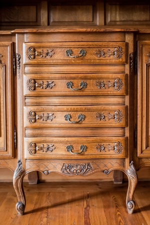 muebles de madera: Antiguos de madera tallada pecho de cajones Foto de archivo