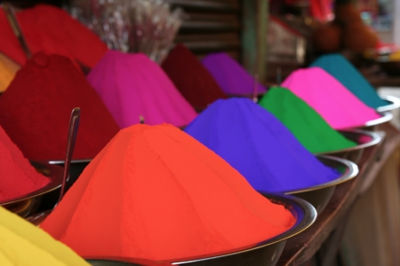 Piles of many colors of tikka powder for sell in india bazaar. Standard-Bild