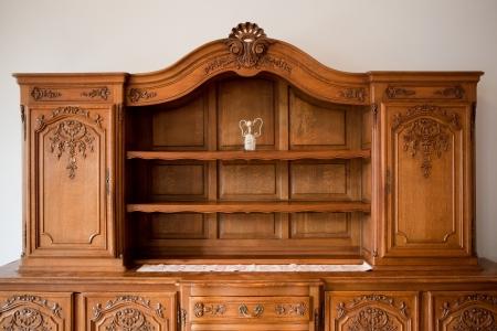 muebles antiguos: Muebles antiguos pecho de cajones estanter�a Foto de archivo