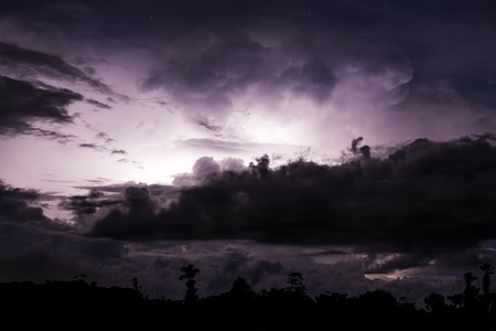 thundercloud: Temporale illuminato da un fulmine