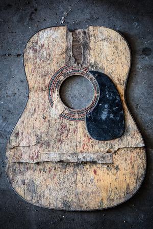 Guitare acoustique brisé Banque d'images - 35712518
