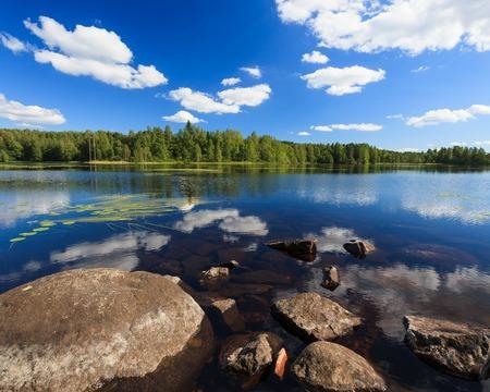 Soleado paisaje del lago de Finlandia