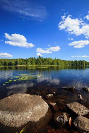 Sunny lake landscape from finland Banque d'images