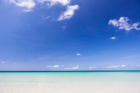 cielo y mar: Playa de arena Para�so en la punta soleado d�a malasia de Borneo