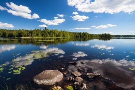 Zonnige rustig meertje landschap van Finland