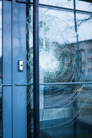 Gebroken glas voordeur buiten Stockfoto
