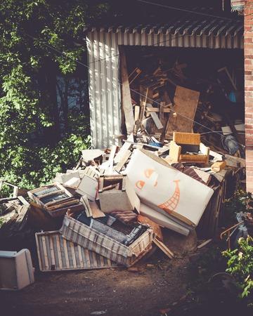 Grappig gebroken meubels prullenbak stapel op werf Stockfoto