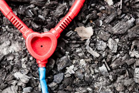 quemado: Abandonado el estetoscopio de juguete de plástico en el suelo quemado Foto de archivo