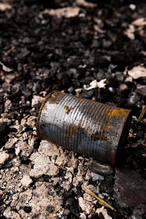 quemado: lata abandonada en un terreno quemado