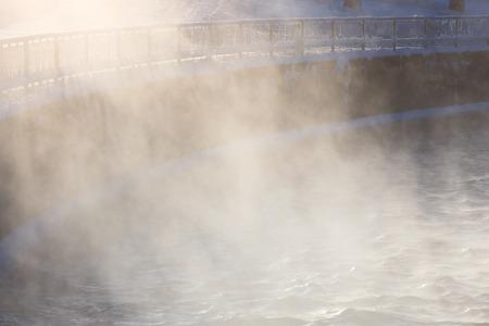 vapore acqueo: Il vapore acqueo illuminata dalla luce del sole al freddo giorno d'inverno Archivio Fotografico