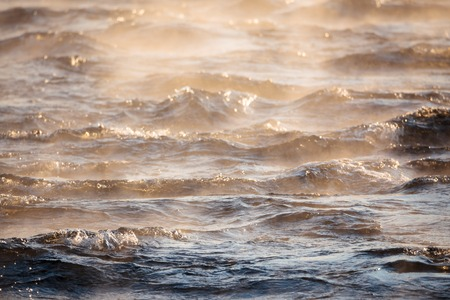 vapore acqueo: Il vapore acqueo sulla superficie di acqua gelida a soleggiata freddo giorno d'inverno Archivio Fotografico