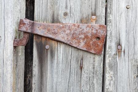 puertas antiguas: Antiguo bisagra oxidada en una puerta de granero