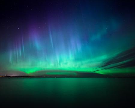 atmosfera: Hermosas auroras boreales borealis de la aurora sobre el lago en Finlandia