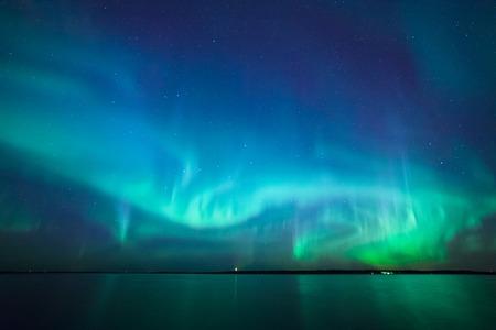 Belles lumières du nord les aurores boréales sur le lac en Finlande