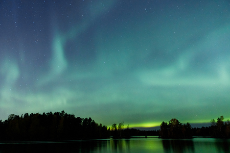 Schöne Nordlichter Aurora Borealis über See in Finnland