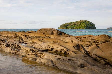 Smooth long rocks beach borneo malaysia 免版税图像