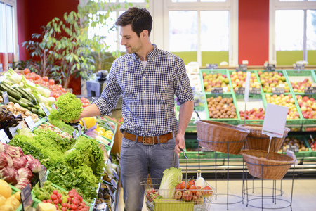 Man shopping in an organic grocery store LANG_EVOIMAGES