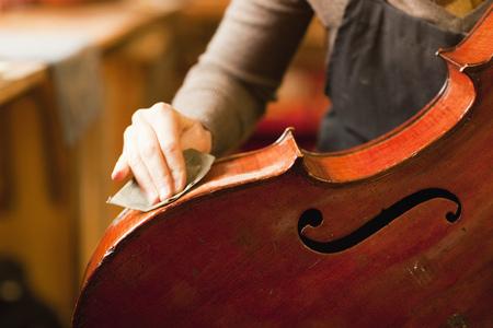 Violin maker restoring a cello LANG_EVOIMAGES